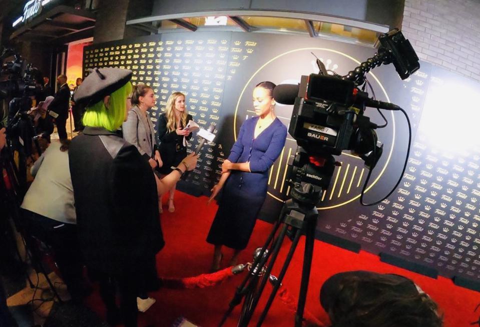 Kirjailija Goldie Chan haastattelee Zoe Saldanaa Funko Hollywoodin punaisella matolla.