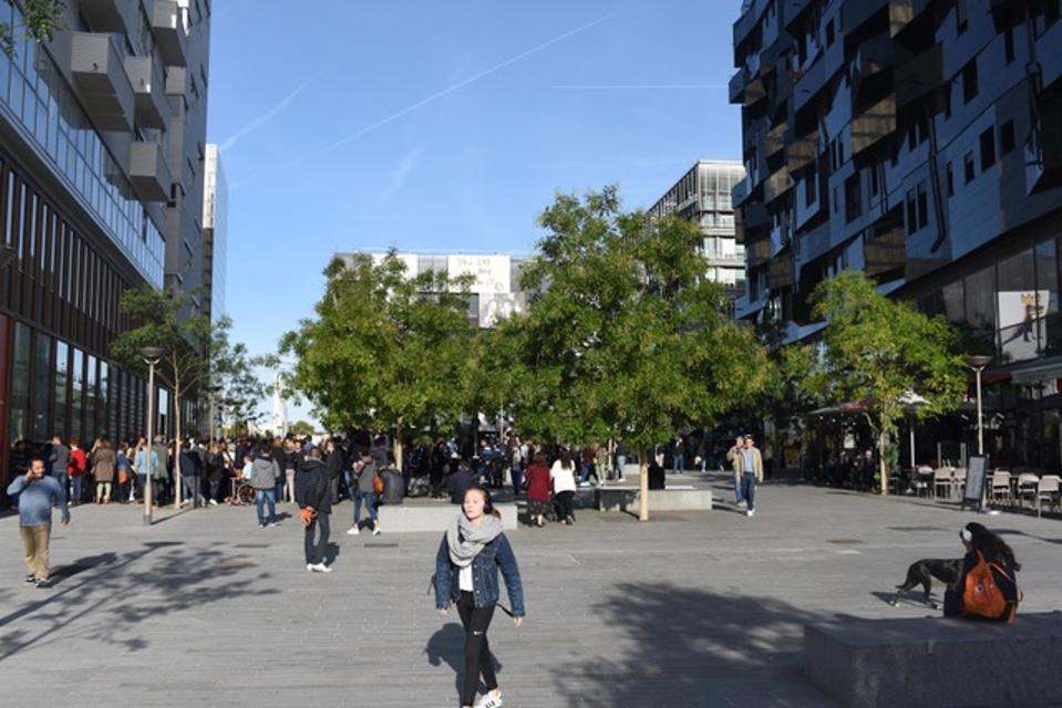 Μια δημόσια πλατεία που ονομάστηκε από τον Αμερικανό καλλιτέχνη του δρόμου Jean-Michel Basquiat στο Παρίσι
