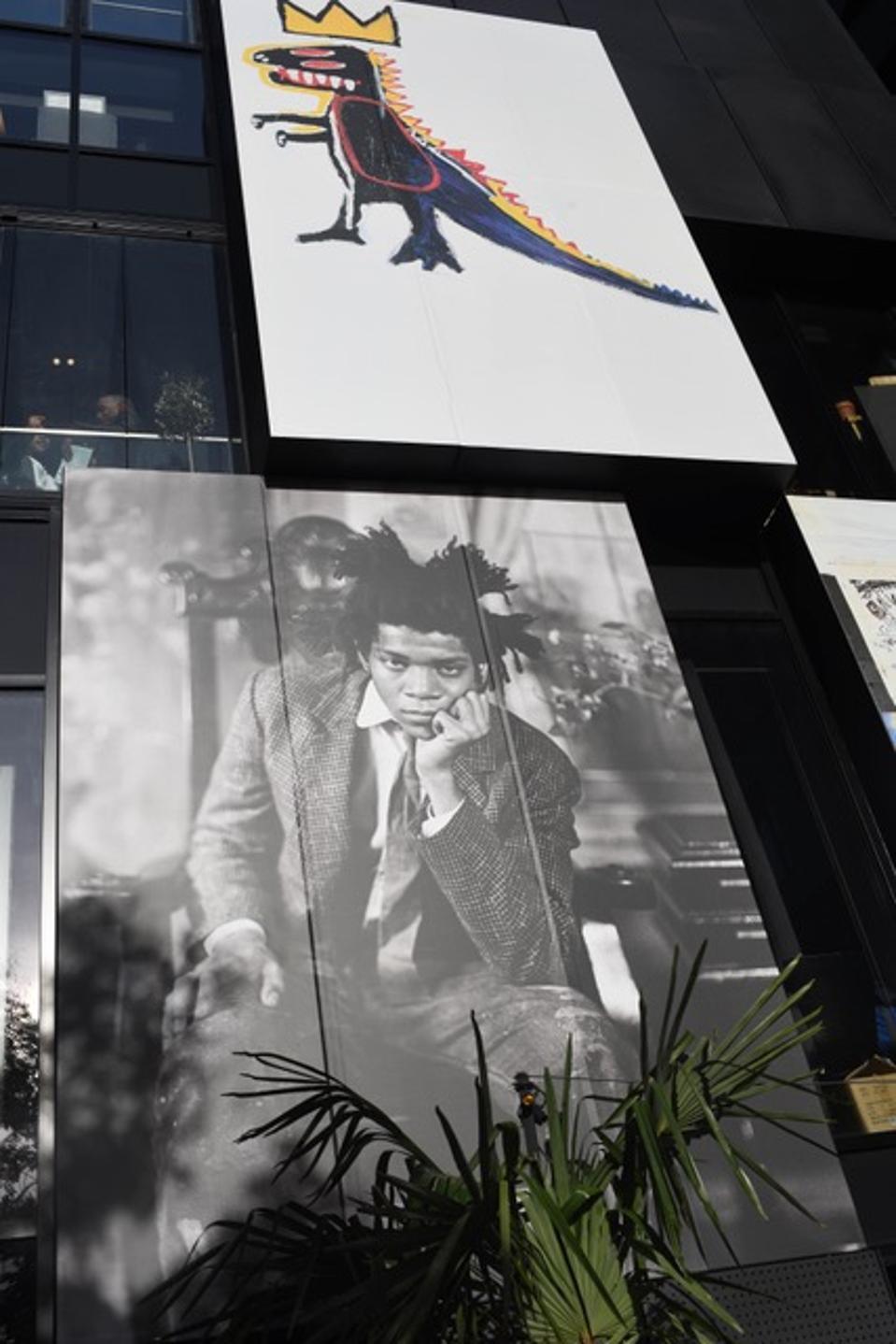 Μια φωτογραφία του καλλιτέχνη Jean-Michel Basquiat κρέμεται στην πλατεία του Παρισιού που τον ονόμασε