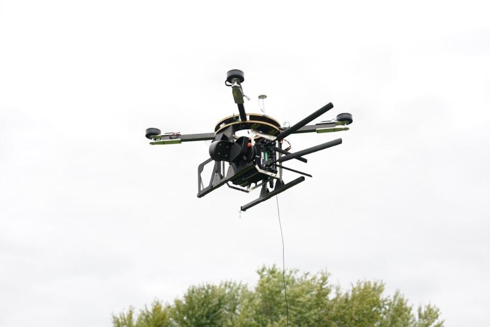 Spooky Action's TeleLift ″ flyvende mobiltelefontårn ″ drone der flyver på tether under test