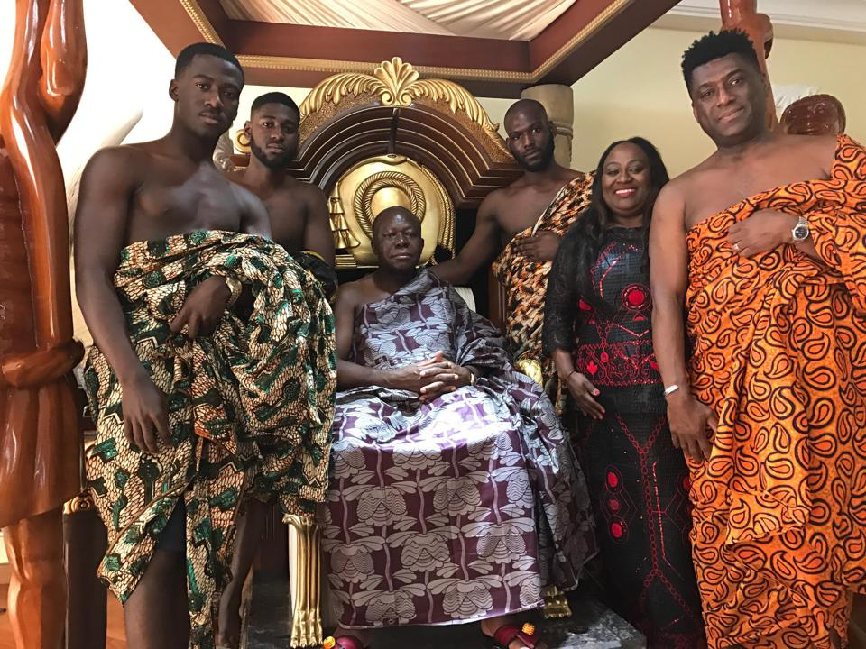 A family in traditional Ghanaian dress poses with an Ashanti King