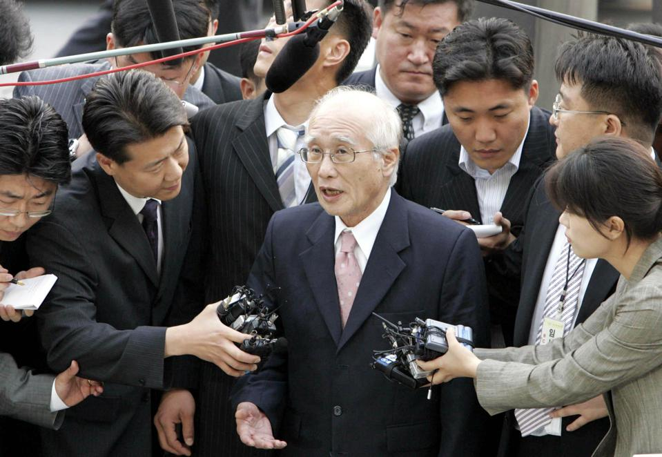 Kim Woo-choong, center, former chairman of collapsed conglomerate Daewoo Group.