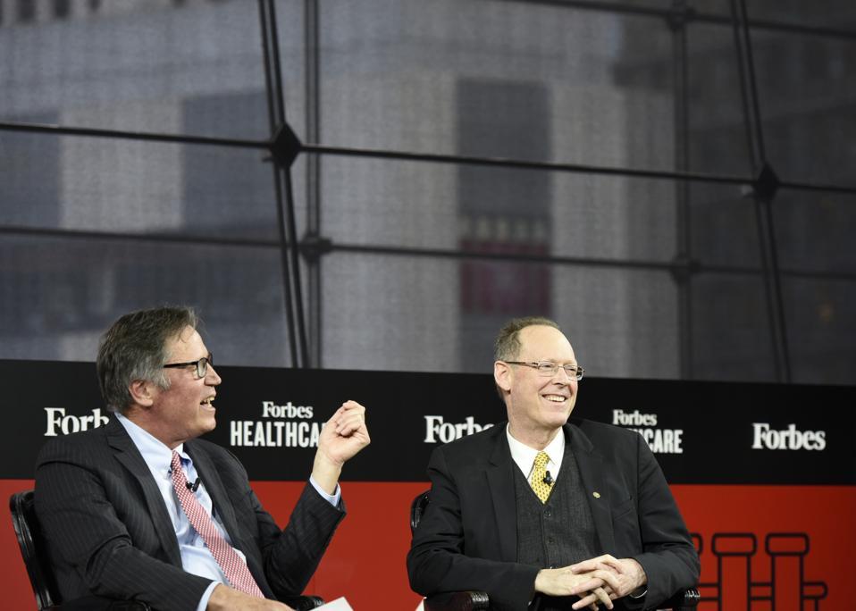 الرئيس التنفيذي لشركة فوربس مايك فيدرل يتحدث مع بول فارمر في قمة فوربس للرعاية الصحية في نيويورك.