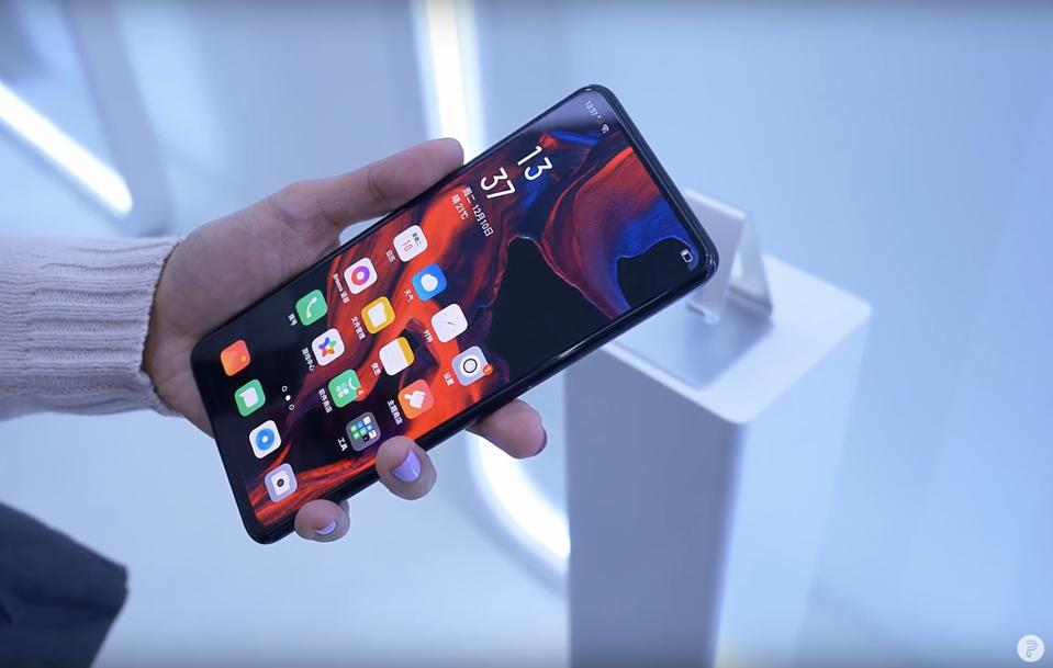 A screenshot of a Pocketnow video demoing the phone, whose screen looks to be clean and uninterrupted right now.
