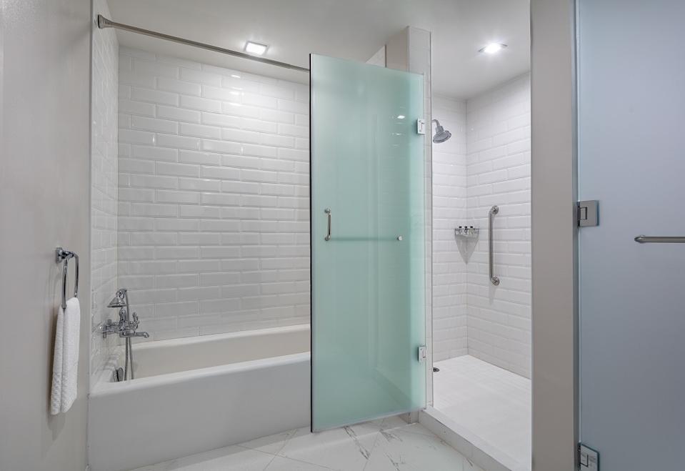 Higgins Hotel bathroom