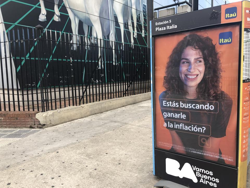 """Itau Bank sabe lo que piensan los argentinos con un mensaje de marketing que fracasaría en los Estados Unidos: """"¿Está buscando vencer la inflación?"""""""