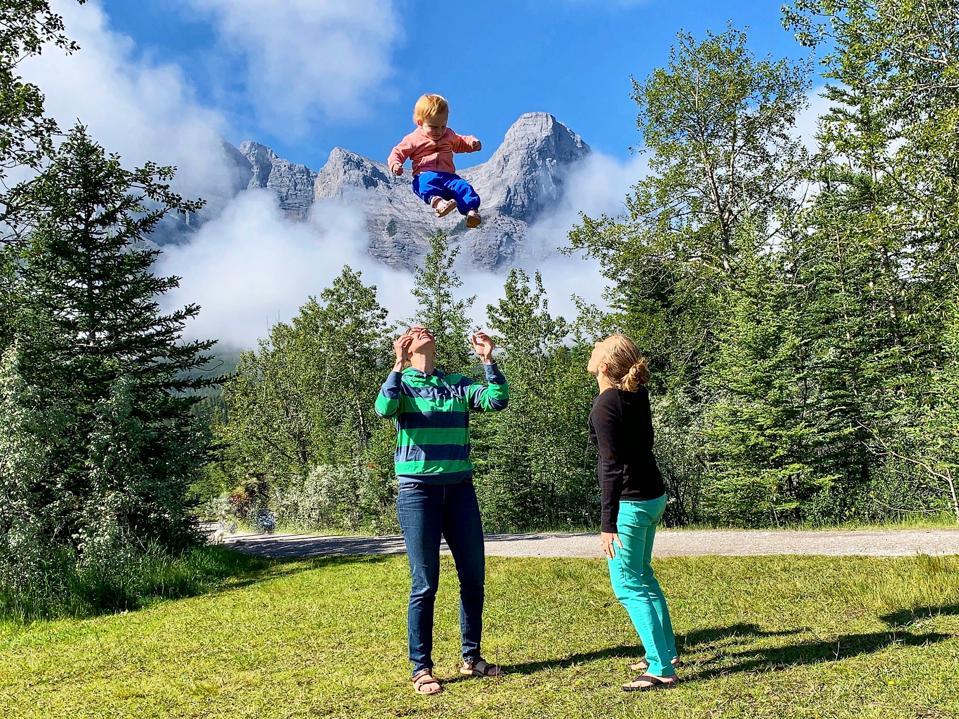 Courtney et Nicole Chais-Brown jouent avec leur enfant.