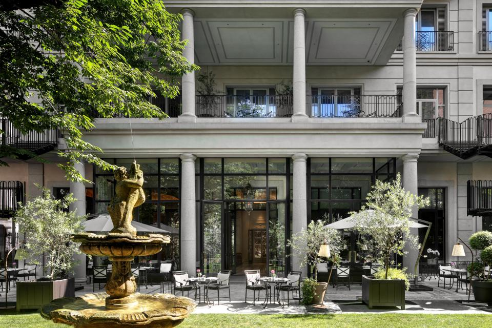 Italian garden setting at Palazzo Parigi