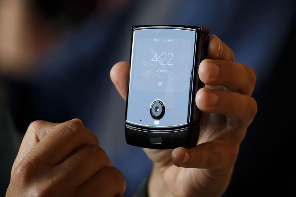 Samsung's Galaxy Flip Beats Motorola's Razr With Two Features