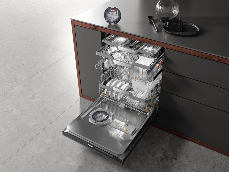 Dishwasher with smart detergent dispenser