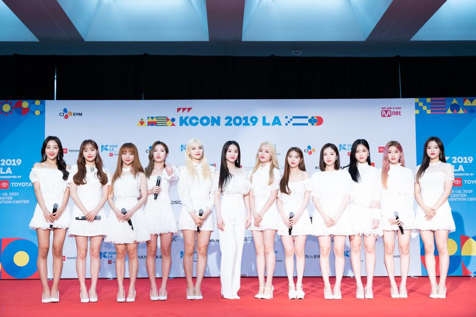 K-pop girl group LOONA (LOOΠΔ) on the red carpet of KCON 2019 LA with 12 members.
