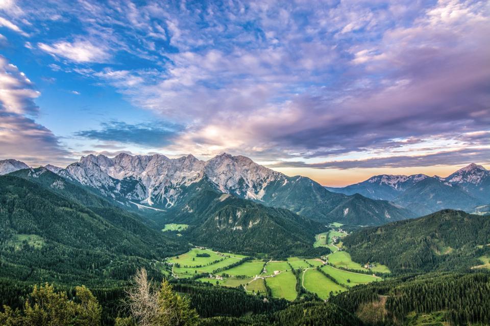 La vallée de Jezersko, cachée dans l'extrême nord de la Slovénie, offre une vue alpine éblouissante.