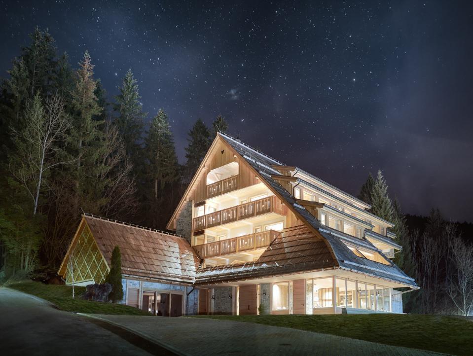 Un ciel nocturne couvert d'étoiles au-dessus de Vila Planinka à Jezersko, en Slovénie, grâce à une pollution lumineuse minimale.