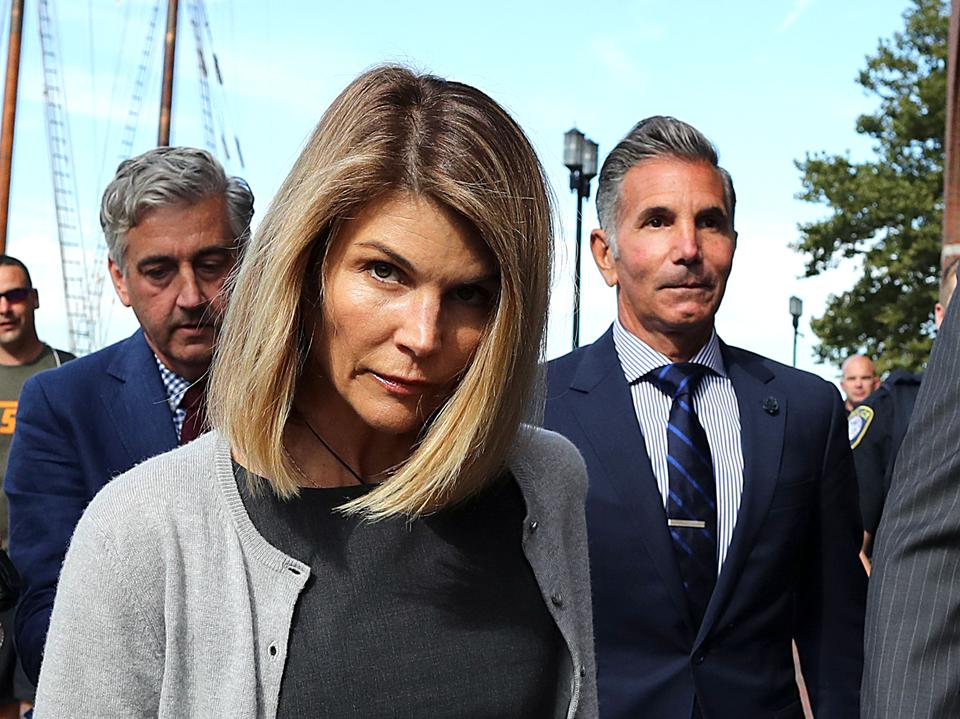 Lori Loughlin's Attorney Says Notes Written By Alleged College Admissions Scam Mastermind Exonerate Her