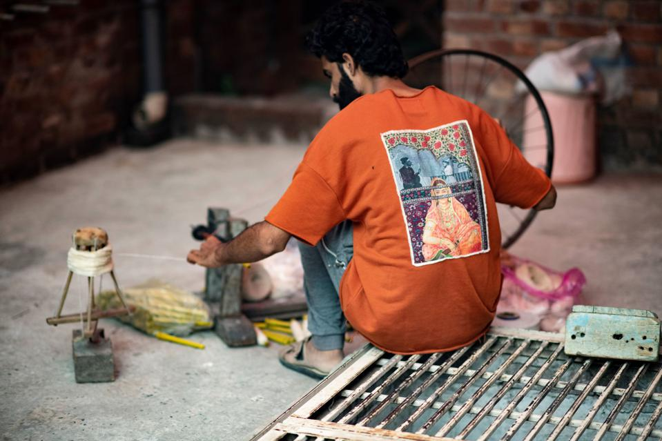 A craftsman in a Rastah creation in Lahore.
