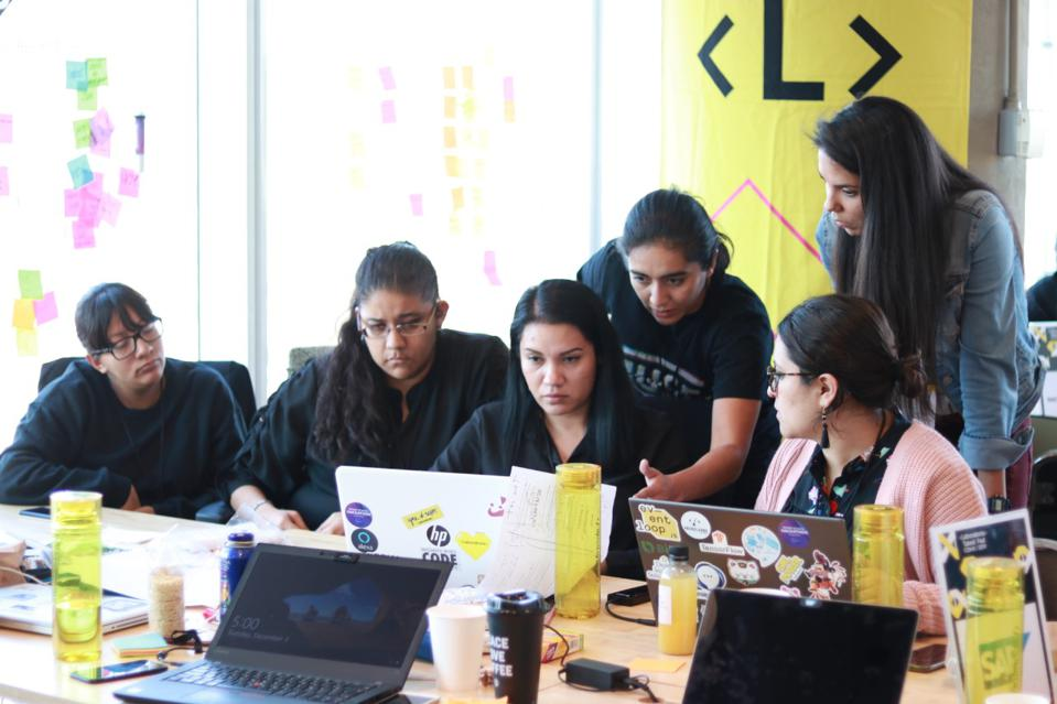 Workshop teaches Mexican women skills to participate in digital economy.