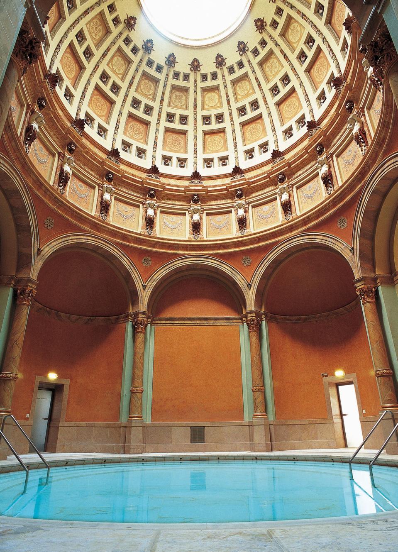 Une piscine sous un plafond voûté au spa Friedrichsbad à Baden-Baden.