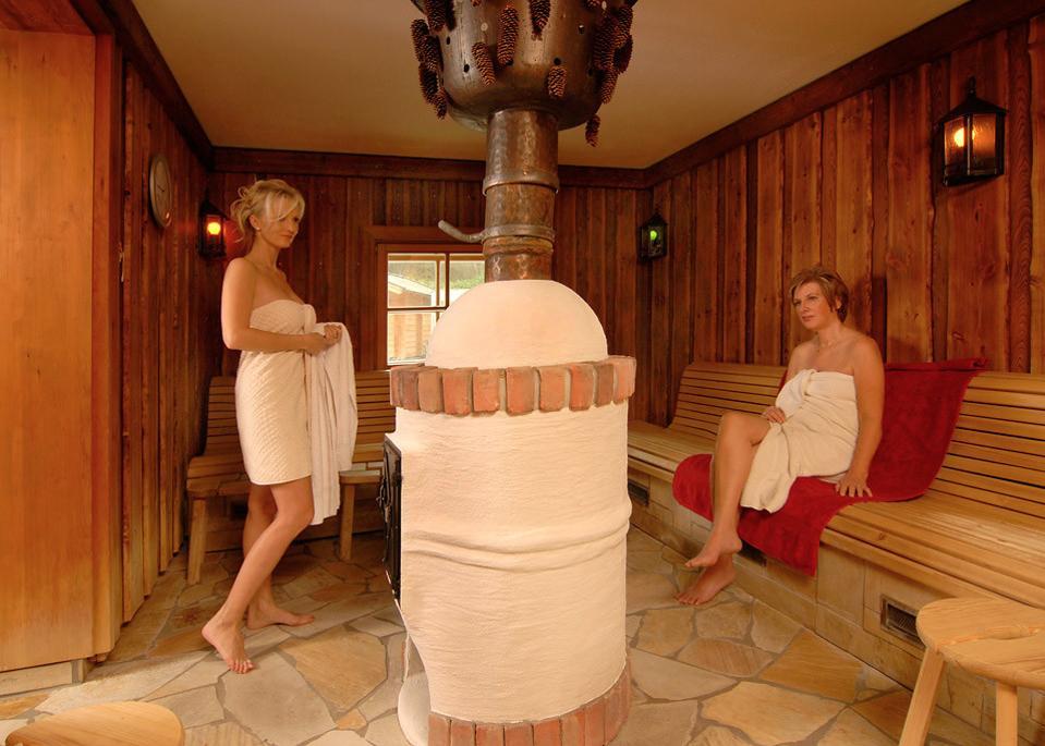 Détendez-vous dans des saunas rustiques et des bains thermaux à AlbThermen à Bad Urach, en Allemagne.