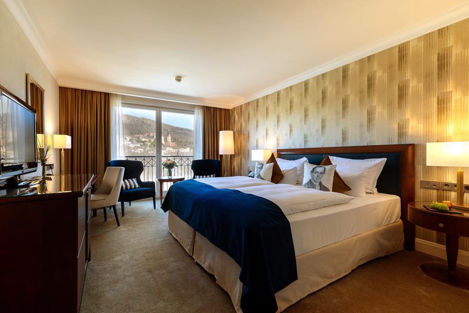 Installez-vous dans les chambres confortables et spacieuses de la Dorint Maison Messmer pendant vos vacances spa à Baden-Baden.