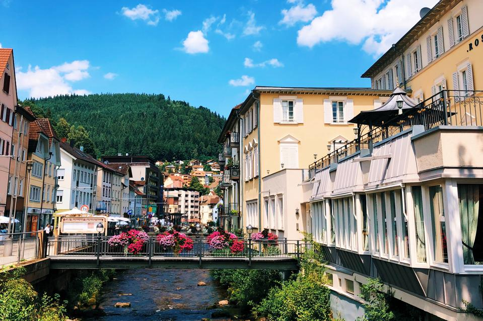 Une scène dans la ville thermale de Bad Wildbad, en Allemagne, avec vue sur les bâtiments et un pont.
