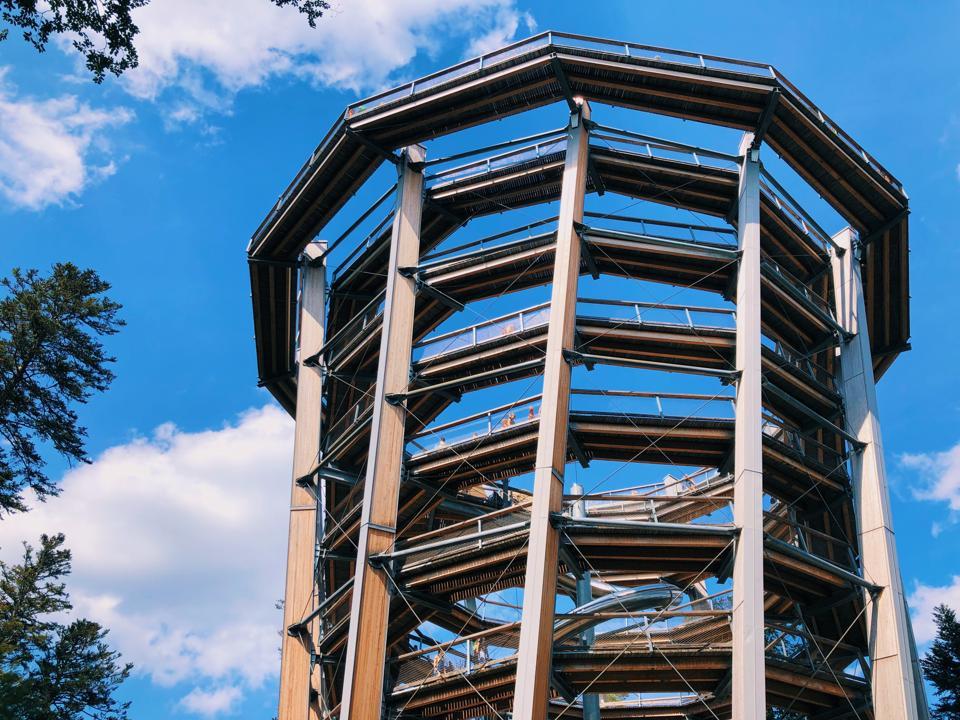 Montez la promenade de la canopée en spirale à Bad Wildbad, en Allemagne.
