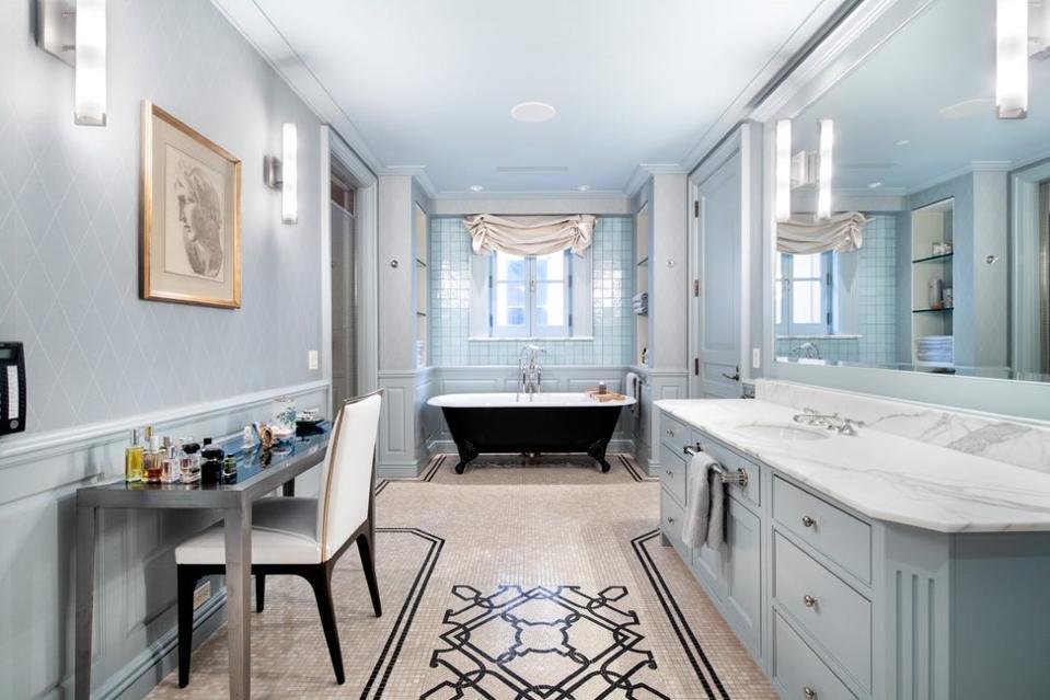 A luxurious and spacious bathroom