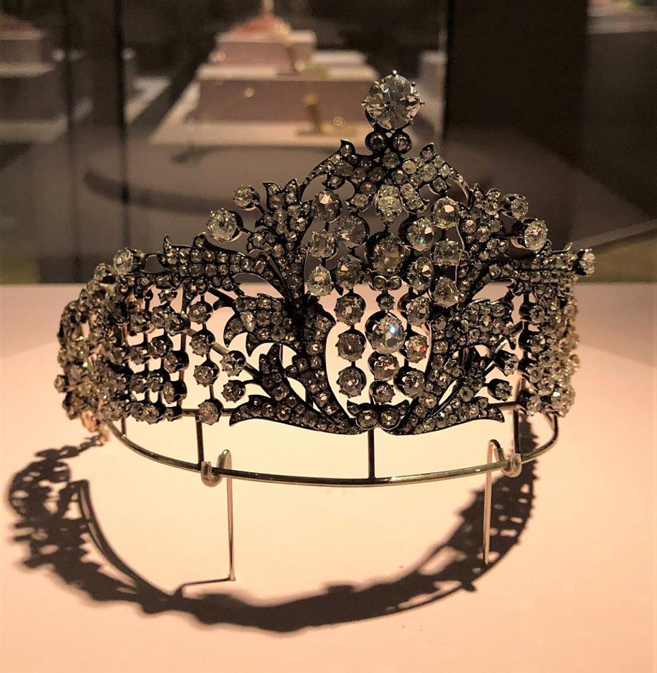 a diadem made by Fabergé in a Kokoshnik style was worn by Empress Maria Fyodorovna