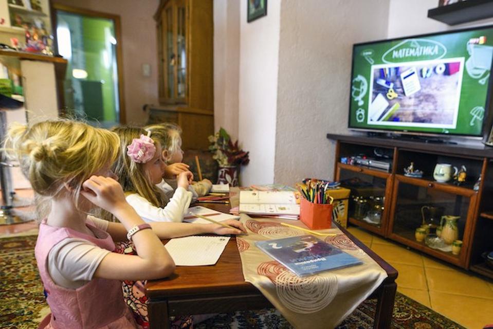 Ana e Kaja di seconda elementare e la cugina di 3 anni Stela vivono nella Macedonia del Nord, dove i bambini frequentano le lezioni televisive dal 10 marzo, quando il governo ha chiuso le scuole a causa della diffusione di COVID-19.