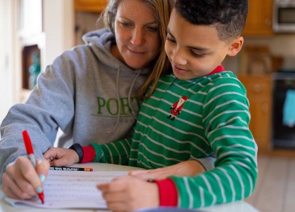 Le scuole sono chiuse negli Stati Uniti e molte persone ora operano in remoto, sfidando bambini come la seconda elementare Luka e sua madre, Sophia, a creare nuove routine in mezzo alla pandemia di coronavirus.