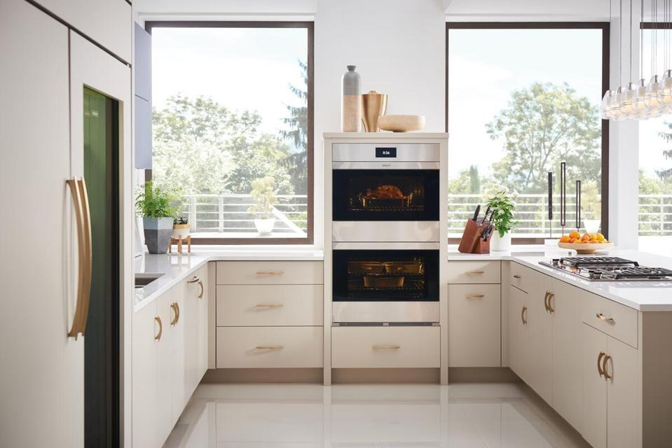 Handle-free Wolf wall ovens