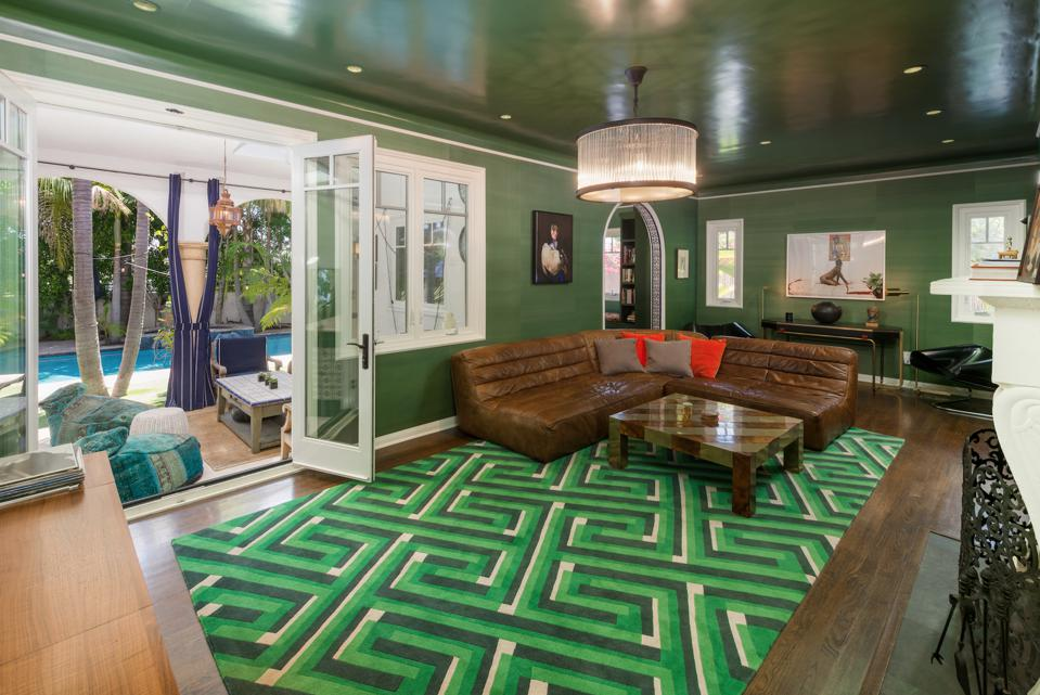 Ronson's emerald den with fireplace showed off beneath a Roaring 20s-style chandelier and glossy ceiling.