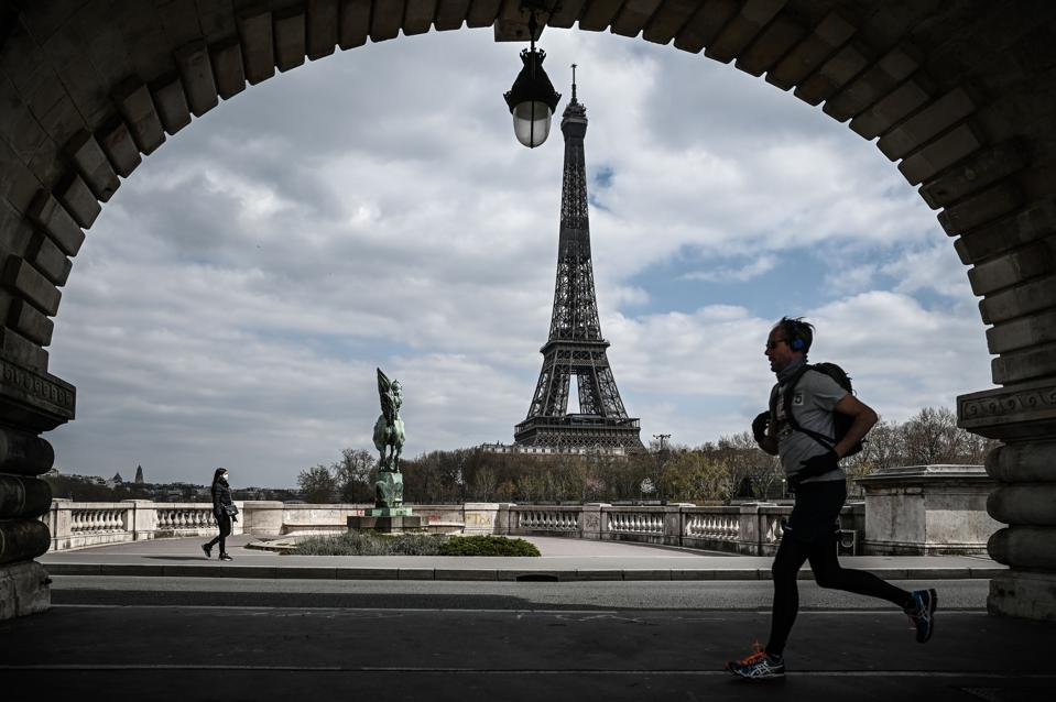 The Bir-Hakeim bridge in front of the Eiffel Tower in Paris on April 2, 2020 on the seventeenth day of a strict lockdown