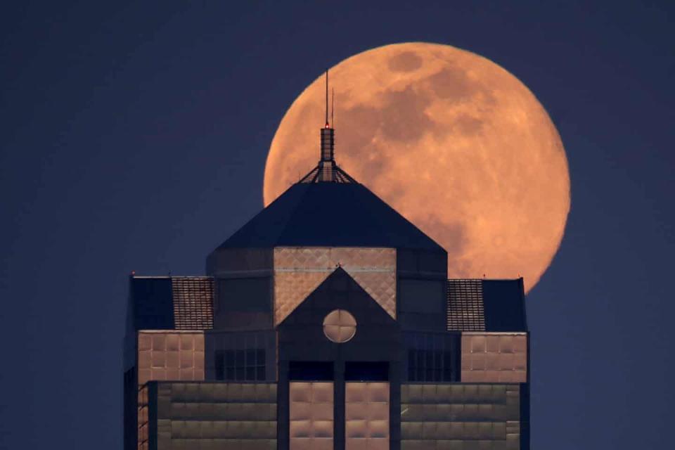 Supermoon rises over Kansas