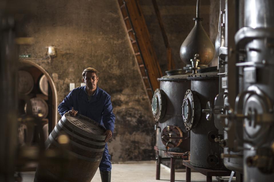En réponse à la pandémie, les distilleries des États-Unis produisent désormais un désinfectant pour les mains.