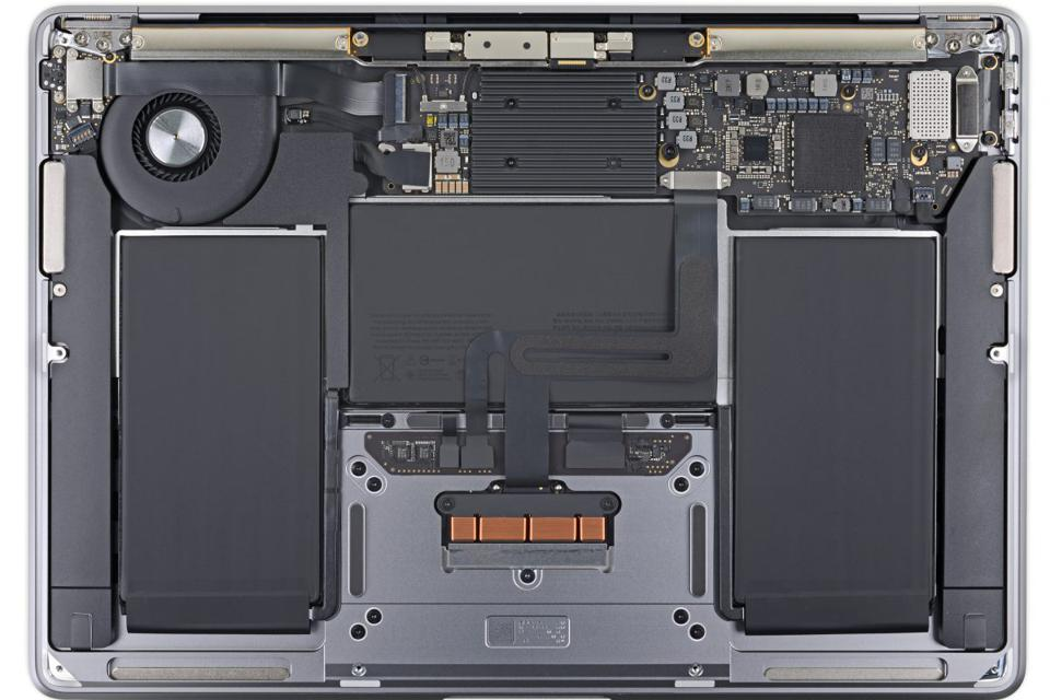 MacBook Air 2020 under the hood. Some reviewers take issue with Apple's design of the fan vis-a-vis the heat sink.