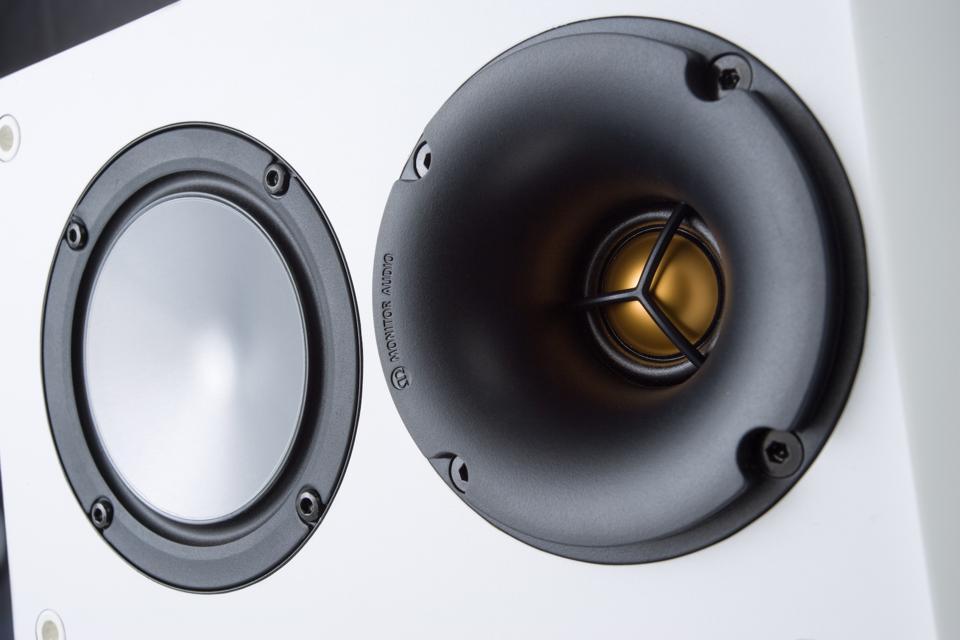 Крупный план динамиков драйверов от монитора аудио бронза 100 динамиков