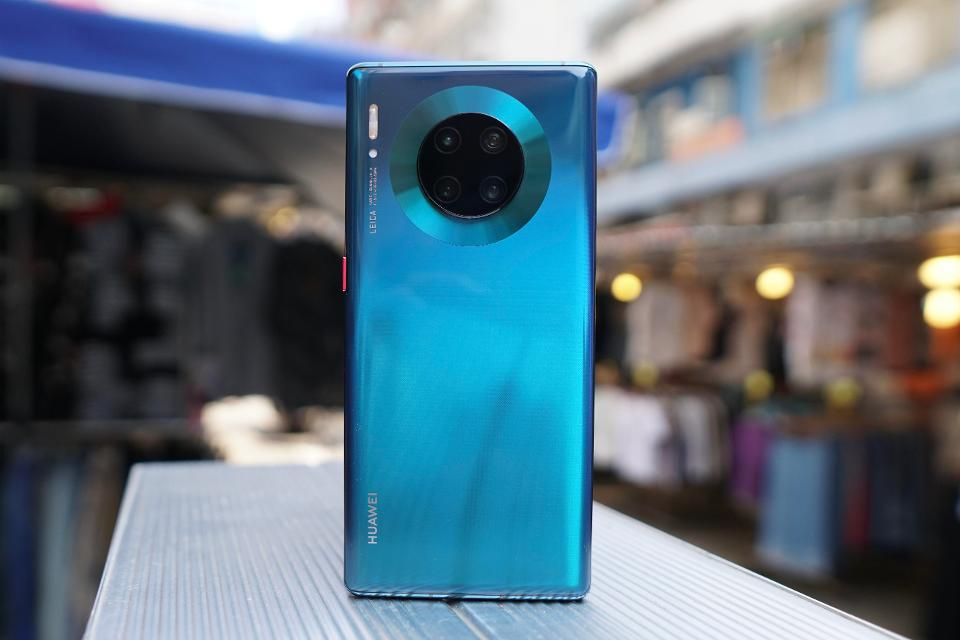 Huawei Mate 30 Pro, with its circular, centrally-placed camera, stood out from the sea of smartphones with rectangular camera modules on the side.