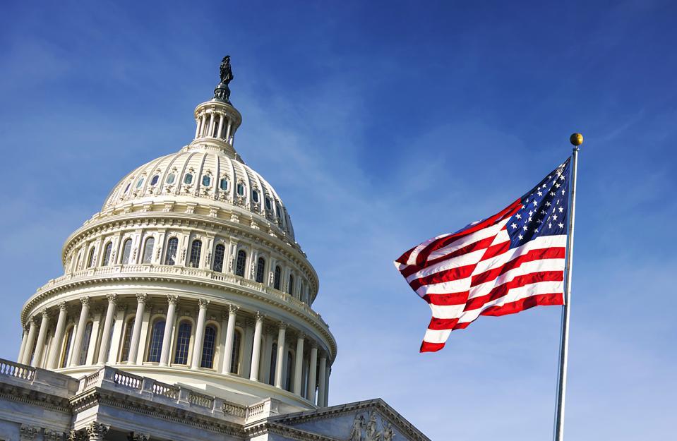 Bendera Amerika melambai dengan Capitol Hill