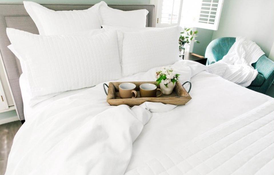 white hotel bedding