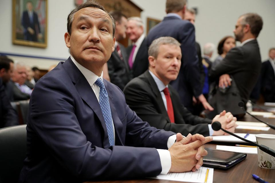 United Airlines CEO Oscar Munoz (L) and President Scott Kirby in 2017. (Chip Somodevilla/Getty Images)GETTY IMAGES