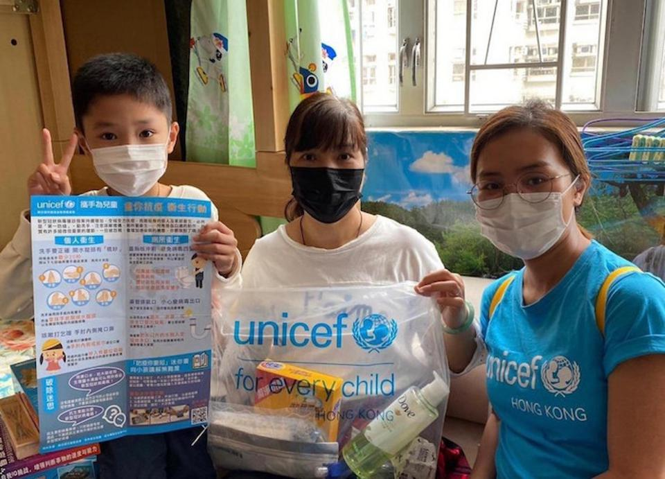 In March 2020, UNICEF volunteers provided COVID-19 education materials and personal hygiene kits to 10,000 families living in subdivided apartments in Hong Kong.