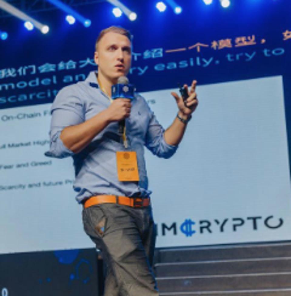 Christopher Jaszczynski speaking at a blockchain event.