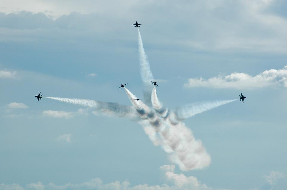 The Thunderbirds flying a beautiful High Bomb Burst maneuver.