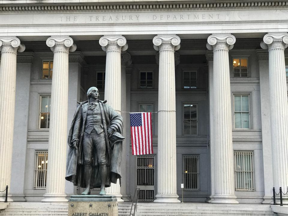 America / United States Department of the Treasury.The statue of the building on the north side and Albert Gallatin.