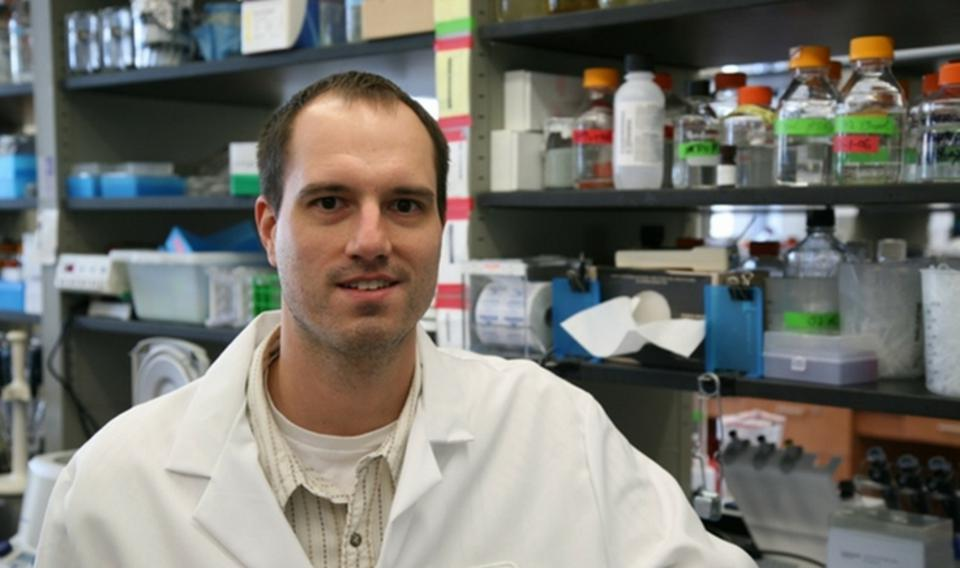 Picture of a male bioscientist in the lab.