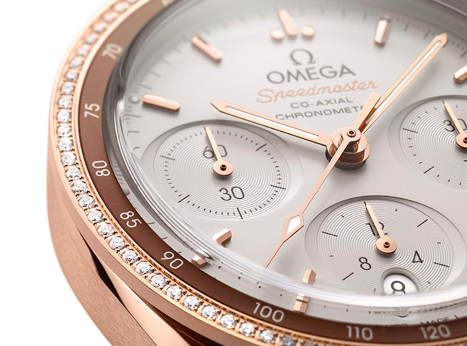 There are 90 diamonds set into the outer bezel of the Omega Speedmaster 38 in 18k Sedna gold.
