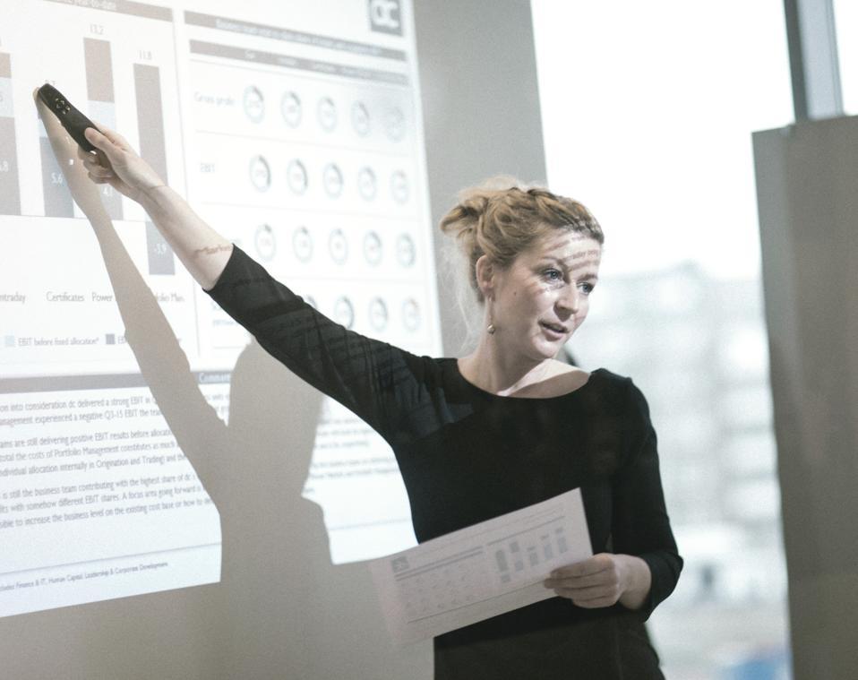 Helle Ø. Kristiansen presents DC's quarterly financial performance.