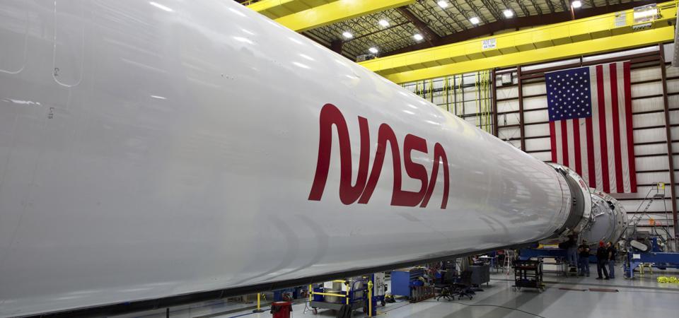 La fusée SpaceX Falcon 9 qui lancera le vaisseau spatial Crew Dragon, avec des astronautes de la NASA à bord, lors du deuxième vol de démonstration et du premier vol en équipage de la compagnie vers la Station spatiale internationale.