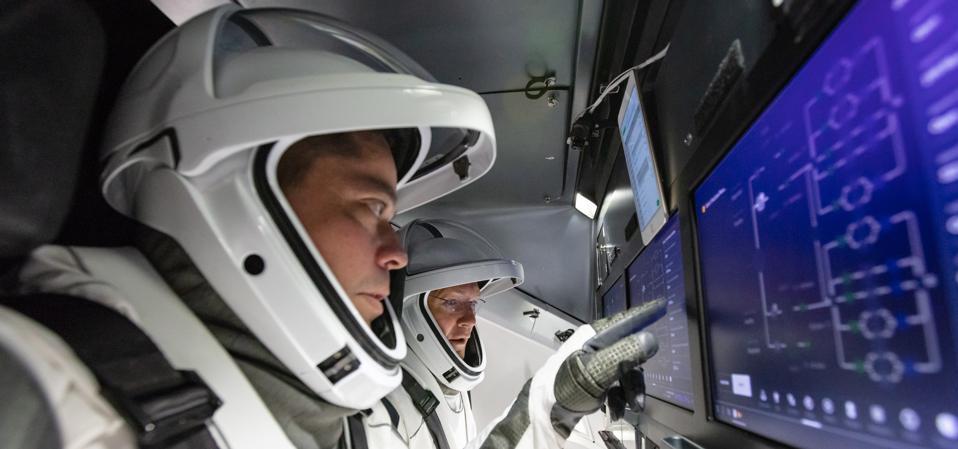 Les astronautes de la NASA, Doug Hurley et Bob Behnken, se familiarisent avec le Crew Dragon de SpaceX, le vaisseau spatial qui les transportera jusqu'à la Station spatiale internationale dans le cadre du programme d'équipage commercial de la NASA.