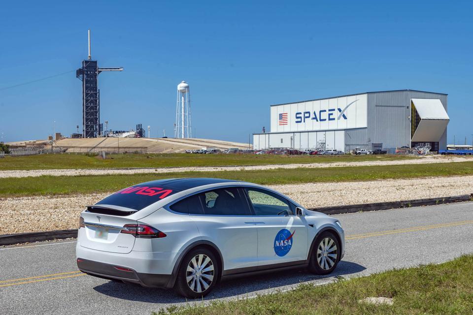 Le 27 mai 2020, la mission SpaceX Crew Dragon Demo-2 verra deux astronautes de la NASA, Doug Hurley et Bob Behnken, conduire dans un SUV Tesla Model X jusqu'à la fusée Falcon 9 de SpaceX sur le Pad 39A au Kennedy Space Center de Floride. Les deux astronautes se dirigent vers l'ISS.